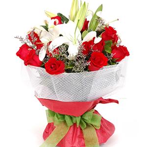红玫瑰19支,白色香水百合2支,情人草、��子适量